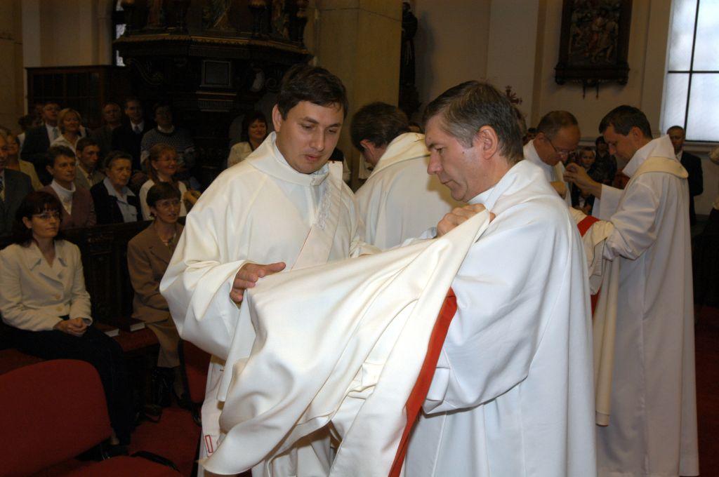 Oblékání liturgických rouch, foto: P. Zuchnický