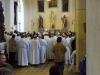 Po mši svaté otec biskup promlouvá před svatostánkem ke svým kněžím a jáhnům