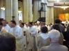 Otec biskup při odchodu z katedrály žehná svým diecézanům