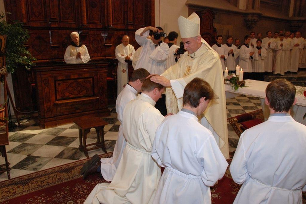 Vkládání rukou biskupa při svěcení na jáhny