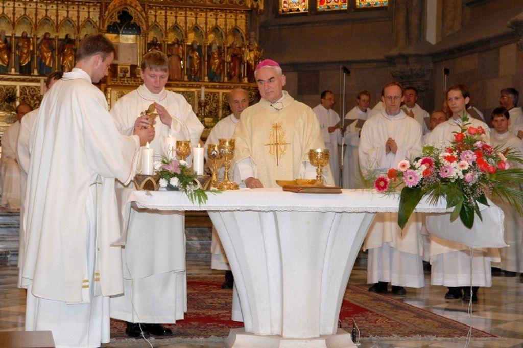 Noví jáhni se ihned ujímají služby u oltáře