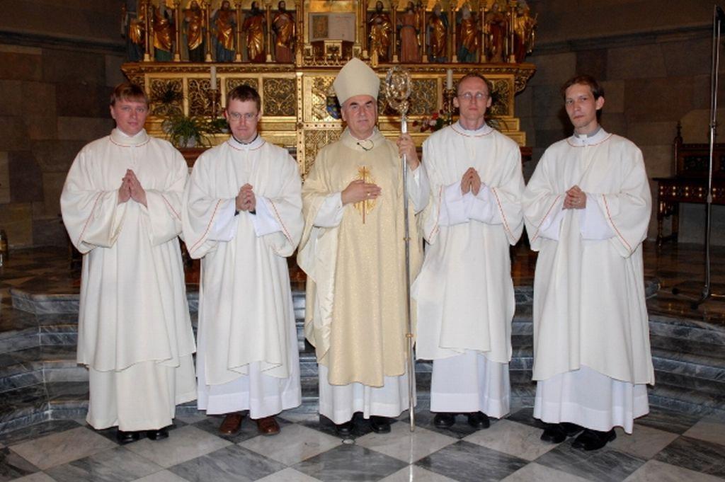 Závěrečná fotografie otce biskupa Vojtěcha Cikrleho s novými jáhny