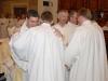 Spolubratři jáhni z ostravsko-opavské diecéze vítají právě vysvěceného Bořivoje Sekaninu do řad trvalých jáhnů