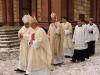 Arcibiskupové D. Causero a M. Vlk s oslavencem jdou na závěru průvodu...