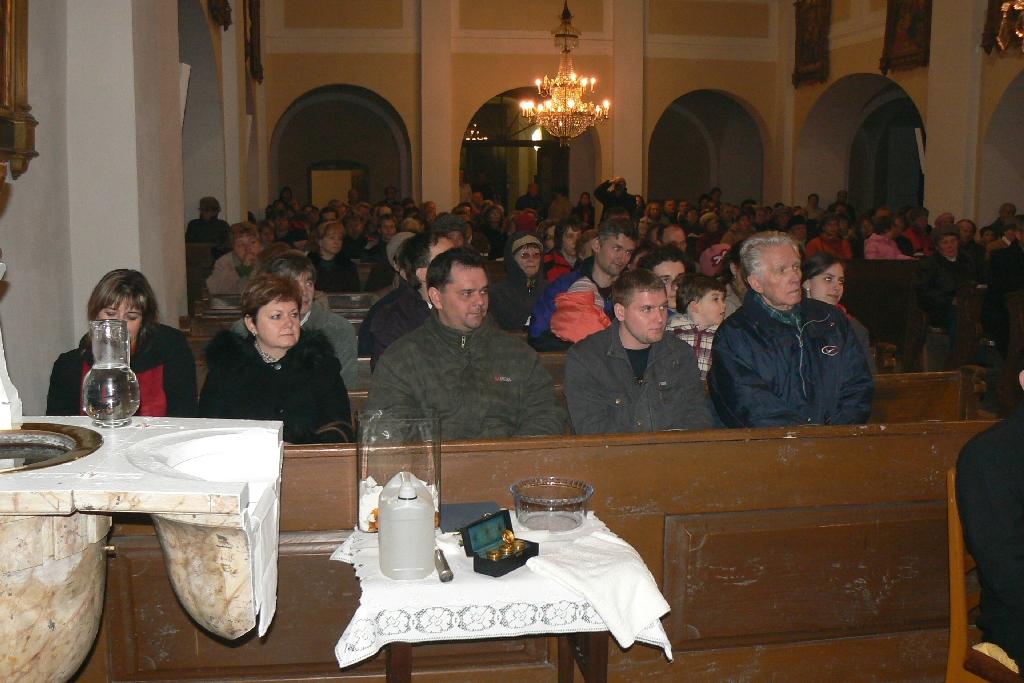 Rodina a blízcí Markovi příbuzní zaujali místa v čestné první lavici