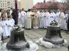 Slavnostně vyzdobené zvony očekávají požehnání...