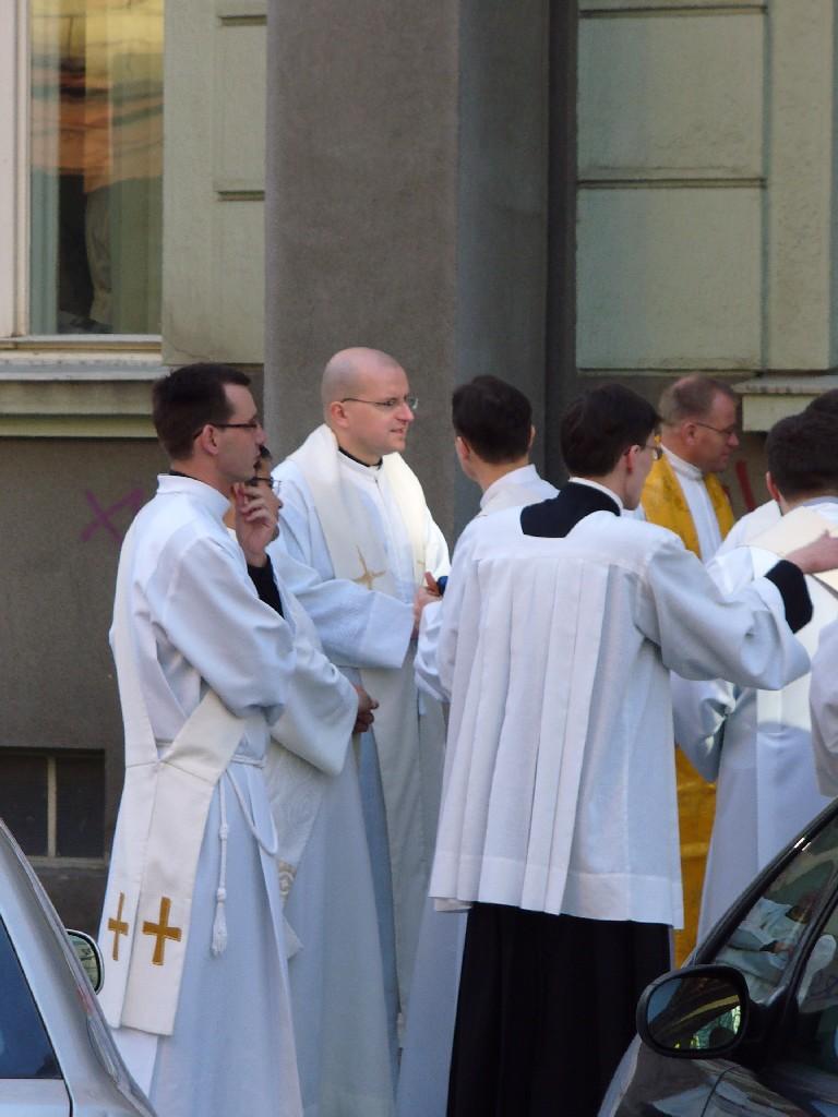 Kněží, jáhni i ministranti se řadí k liturgickému průvodu...