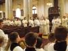 Za křížema ministranty následuje jáhen s evangeliářem v rukou
