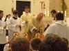 Na závěr otec biskup připravuje oleje ke svěcení...