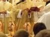 ... a vzápětí pronáší světící modlitbu
