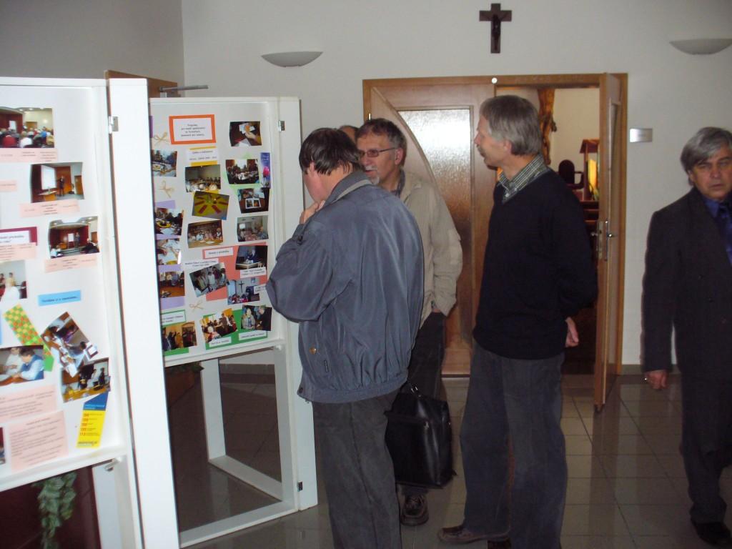 Hned na počátku nás v přízemí zaujaly panely s prezentací akcí, které na biskupství proběhly