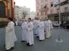 ... na ním následují další jáhni-služebníci místního biskupa